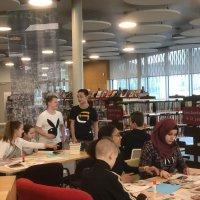 Met de brugklassen in de bibliotheek Landgraaf